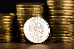 Het Russische roebelmuntstuk en het gouden geld Stock Afbeelding