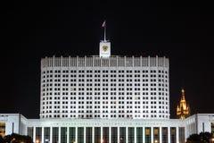 Het Russische 's nachts huis van de Federatieoverheid stock foto's