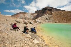 Het rusten bij Smaragdgroene meren Tongariro Kruising Stock Foto's