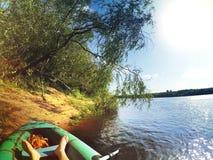 Het rusten dichtbij van de bank van rivier Stock Foto