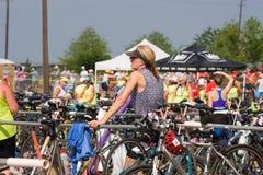 Het rusten door haar fiets enkel blij voor het triatlon om over te zijn Royalty-vrije Stock Foto