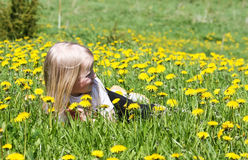 Het rusten in het gras Stock Afbeeldingen
