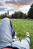 Het rusten in het park royalty-vrije stock afbeelding