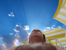 Het rusten in het strand Stock Afbeeldingen