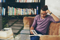 Het rusten met boek Stock Foto's