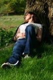 Het rusten onder een boom Stock Fotografie