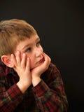 Het rustende gezicht van de jongen in handen Royalty-vrije Stock Fotografie