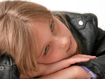 Het rustende hoofd van het meisje op handen Royalty-vrije Stock Fotografie