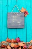 Het rustieke lege teken hangen op omheining door de grens van het de herfstdecor royalty-vrije stock fotografie
