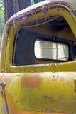 Het rustieke metaal op een verlaten vrachtwagen stock afbeelding