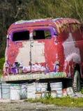 Het rustieke metaal op een verlaten vrachtwagen stock foto