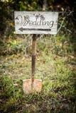 Het rustieke teken van de huwelijkspijl op een schop Royalty-vrije Stock Fotografie