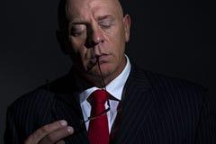 Het rustige portret van de mens met glazen en ogen cosed Stock Afbeelding