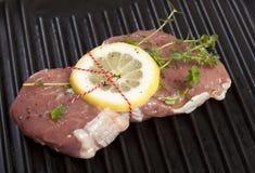 Het ruwe Lapje vlees van het Kalfsvlees met Citroen en Thyme Stock Fotografie