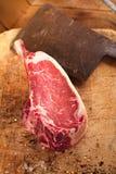 Het ruwe lapje vlees van het rundvleesvlees op houten lijst met vleesmes Royalty-vrije Stock Afbeeldingen