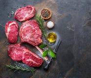 Het ruwe lapje vlees van het Riboog of het rundvleeslapje vlees op het grafiet scheept met kruiden en kruiden in stock afbeelding