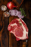 Het ruwe lapje vlees van rundvleesribeye op houten lijst Royalty-vrije Stock Foto's