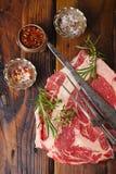 Het ruwe lapje vlees van rundvleesribeye op houten lijst Royalty-vrije Stock Afbeelding