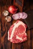 Het ruwe lapje vlees van rundvleesribeye op houten lijst Stock Foto