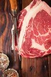 Het ruwe lapje vlees van rundvleesribeye op houten lijst Royalty-vrije Stock Afbeeldingen