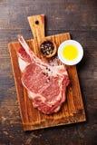 Het ruwe Lapje vlees van vleesribeye met kruiden Stock Foto's