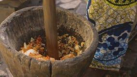 Het ruwe mengsel van kruiden verpletterde meer, Conakry stock videobeelden