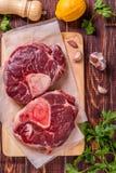 Het ruwe verse die kruis van het rundvleesvlees voor ossobuco op scherpe raad wordt gesneden Stock Foto