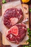 Het ruwe verse die kruis van het rundvleesvlees voor ossobuco op scherpe raad wordt gesneden met Stock Fotografie