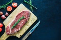 Het ruwe vlees en versiert op houten scherpe raad, ruimte voor tekst Stock Fotografie