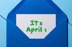 Het ` s April - bericht bij blauwe envelop Dwazen` Dag Royalty-vrije Stock Afbeeldingen
