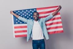 Het ` s mijn geboorteland! Opgewekt portret van vrolijke blij confid stock foto's