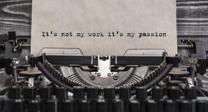 Het ` s niet mijn werk het ` s mijn hartstocht getypte woorden op een Uitstekende Schrijfmachine stock fotografie