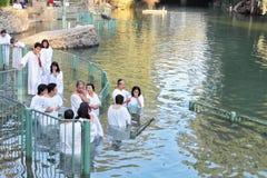 Het sacrament van doopsel houdt priester Royalty-vrije Stock Foto