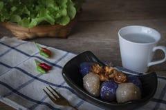 Het sagovarkensvlees in zwarte plaat met het gebraden knoflook toping heeft de linkerhand van de Spaanse pepersplaats en slamand, royalty-vrije stock afbeeldingen