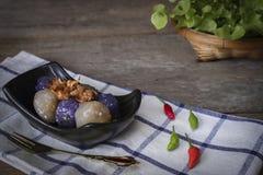 Het sagovarkensvlees in zwarte plaat met het gebraden knoflook toping heeft rechtse Spaanse pepersplaats en de plaatsachtereind v royalty-vrije stock foto's