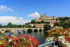 Het Saint Nazaire en Pont Vieux Languedoc Frankrijk van de Bezierskathedraal Stock Foto