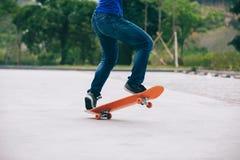 het sakteboarding op parkeerterrein Stock Afbeelding