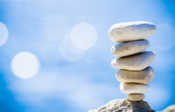 Het saldo van stenen, kiezelstenenstapel over blauwe overzees in Kroatië. Stock Afbeeldingen