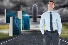 Het samengestelde beeld die van ernstige zakenman bevinden zich met dient zakken in Stock Afbeelding