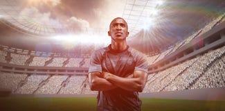 Het samengestelde beeld die van nadenkende atleet zich met wapens bevinden kruiste 3D Stock Fotografie