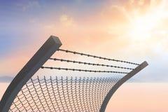 Het samengestelde beeld van bended prikkeldraad en chainlink omheining tegen witte 3d achtergrond Royalty-vrije Stock Afbeeldingen
