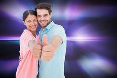 Het samengestelde beeld van het gelukkige paar tonen beduimelt omhoog Royalty-vrije Stock Afbeelding