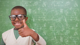 Het samengestelde beeld van het leuke leerling tonen beduimelt omhoog Stock Fotografie