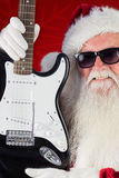 Het samengestelde beeld van Kerstman toont een gitaar Stock Fotografie