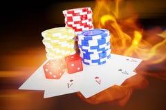 Het samengestelde beeld van schuine standbeeld van casinotekenen met dobbelt en speelkaarten stock fotografie
