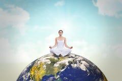 Het samengestelde beeld van vreedzame vrouw in witte zitting in lotusbloem stelt Stock Fotografie