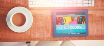 Het samengestelde 3d beeld van computer produceerde beeld van online onderwijsinterface op het scherm Royalty-vrije Stock Afbeelding