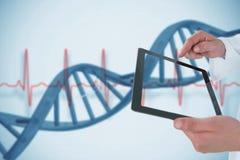 Het samenstellen van beeld die van de mens tablet in 3d tonen Stock Foto's