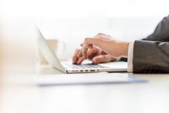 Het samenstellen van wettelijk document op laptop computer Royalty-vrije Stock Foto's