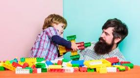 Het samenwerken de bouwvliegtuig met aannemer Liefde Kindontwikkeling Gelukkige familievrije tijd Het spel van de vader en van de stock foto's